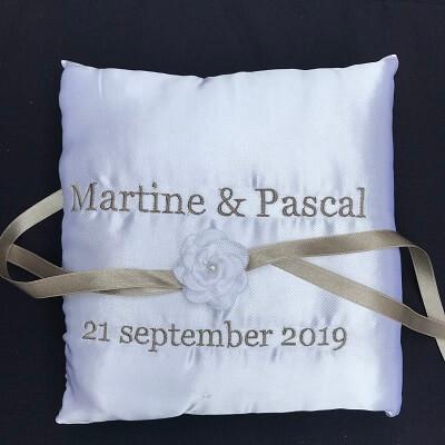 Ringkussen wit met lint en bloemetje bruidskussen, met naam en datum, ringkussen, trouwkussens
